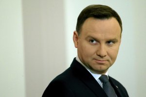 Prezydent, jeśli ufać sondażom, traci w oczach Polaków.