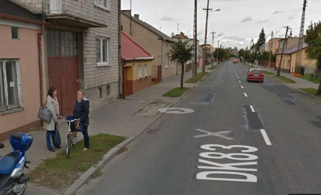 Ulica Kilińskiego w Dobrej. Przy tej ulicy doszło do ataku  rozjuszonej krowy.