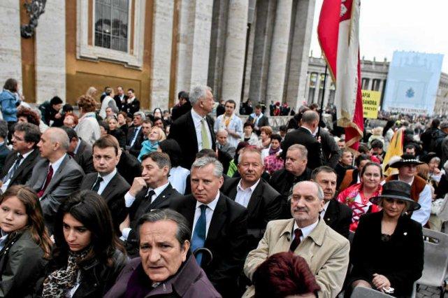 Politycy PiS pojadą na kanonizację Jana Pawła II pociągami.