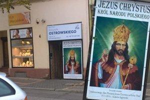 Taki plakat wisi pod bannerem informującym o biurze posła Krzysztofa Ostrowskiego.