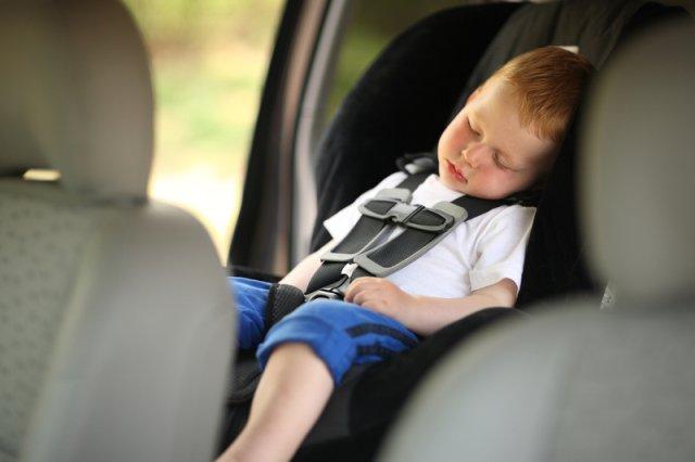 Widzisz dziecko zamknięte w samochodzie? Nie zastanawiaj się, wybij szybę. Ale co potem?