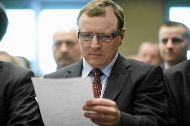 Jacek Kurski miał wydać na kampanię wyborczą 450 tys. zł.  Sprawdziliśmy, jak to możliwe