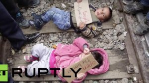 Imigranci znajdujący się na granicy z Macedonią w akcie protestu  kładą swoje małe dzieci na torach kolejowych.
