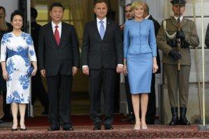 Prezydent Chin wraz z małżonką  podczas powitania w Warszawie.