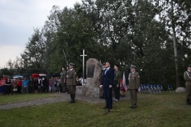 Bartłomiej Misiewicz w nieokreślonej miejscowości przyjęty jak zwierzchnik MON.