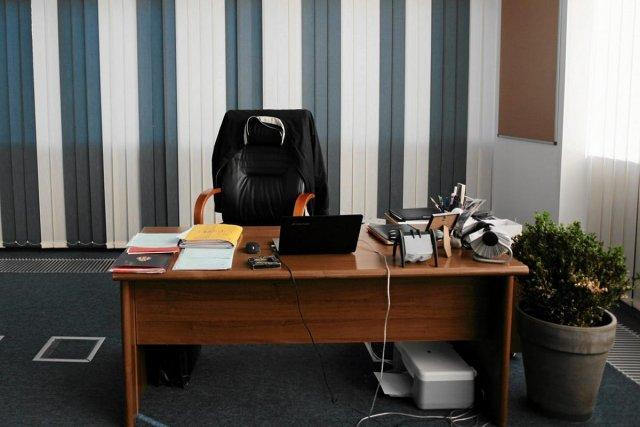 Za tym biurkiem powinna siedzieć kobieta