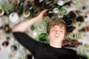 [url=http://www.shutterstock.com/pl/pic-125982872/stock-photo-young-man-with-short-blond-hair-lying-on-the-floor-and-is-surrounded-by-many-empty-beer-and-liquor.html?src=BLOKRaJZyniKMfpVSZxRVQ-1-22]Picie w pracy[/url] nie jest niczym wyjątkowym dla wielu