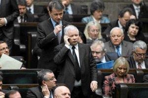 Jarosław Kaczyński nie dymisjonuje Beaty Szydło, bo lubi zarządzać państwem przez telefon.