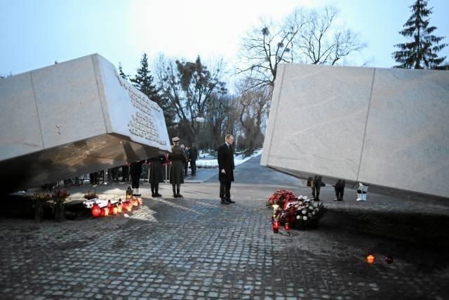 Pomnik smoleński na warszawskich Powązkach. Ma przypominać o tragedii, a bryłą rozłam wśród społeczeństwa. Przynajmniej tak interpretują jego przesłanie mieszkańcy.
