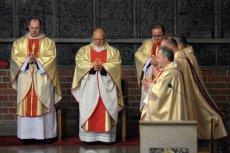 Episkopat długo nie uważał za stosowne Intronizować Chrystusa na  króla Polski. W końcu jednak zmienił zdanie.