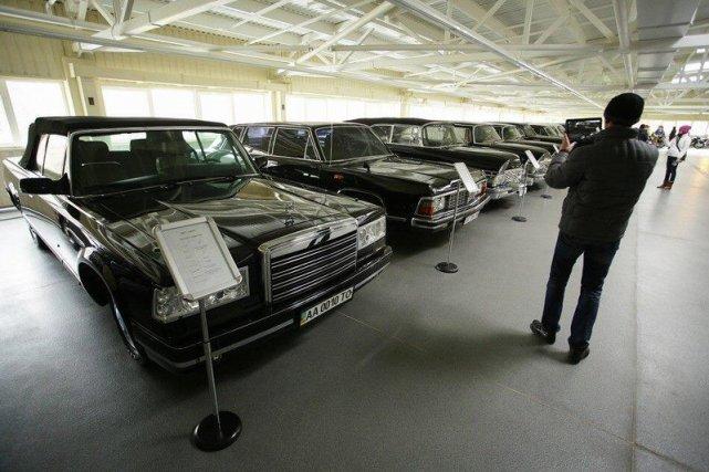 Ukraińcy zwiedzają i fotografują ogromnąposiadłość Janukowycza