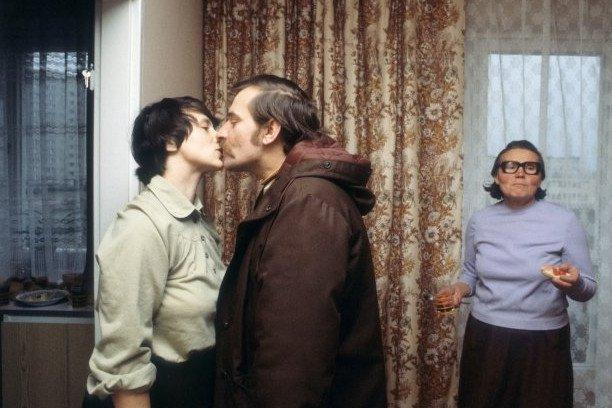 © Chris Niedenthal. Lech Wałęsa żegna się z żoną Danutą przed wyjściem do pracy biurze NSZZ