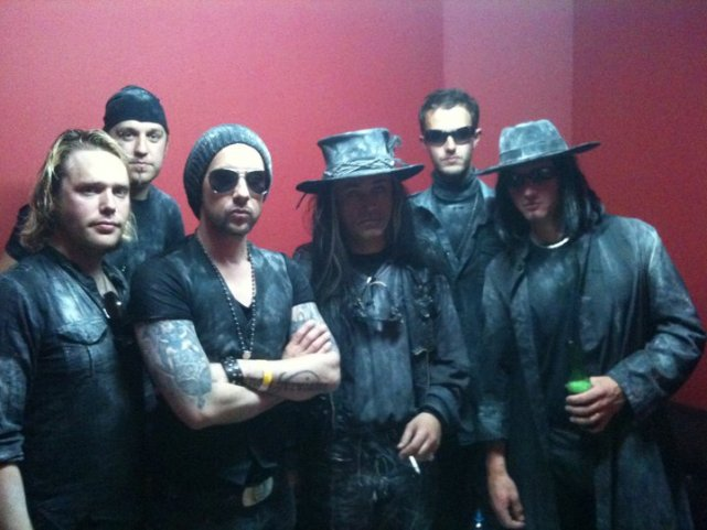 Nergal wraz z Carlem McCoyem i członkami Fields of the Nephilim