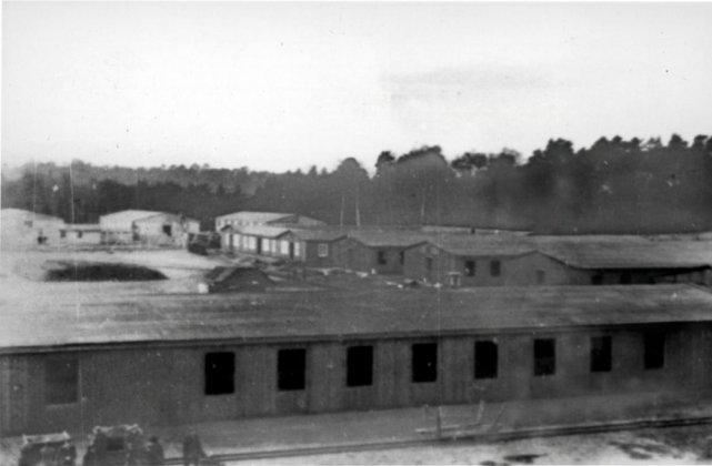 Jedno zdjęcie, tego samego obozu. Polakom znany, jako obóz niemieckiej Centrali Przesiedleńczej w Potulicach. Natomiast  dla Niemców okryty złą sławą – Centralny Obóz Pracy w Potulicach.