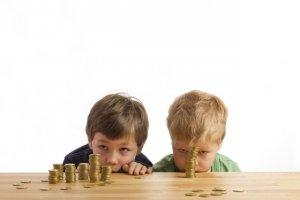 Warto wyrabiać w dziecku nawyk oszczędzania już od najmłodszych lat.