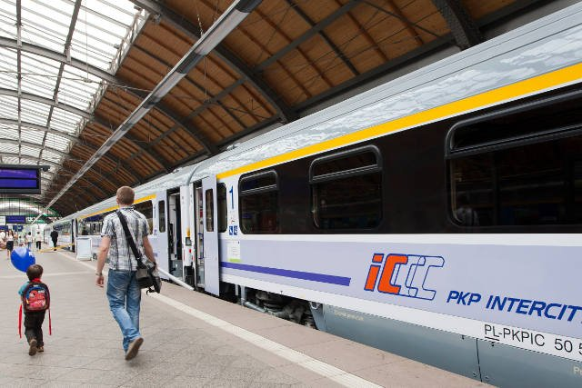 pociąg PKP IC na peronie