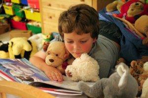 Dzieci, które w domu rodzinnym mają dostęp do książek, mają większą szansę na lepsze zarobki jako przyszli pracownicy