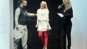 Zwyciężczyni warsztatów Fashion Writting, Katarzyna Kamińska odbiera nagrodę z rąk Marcina Różyca