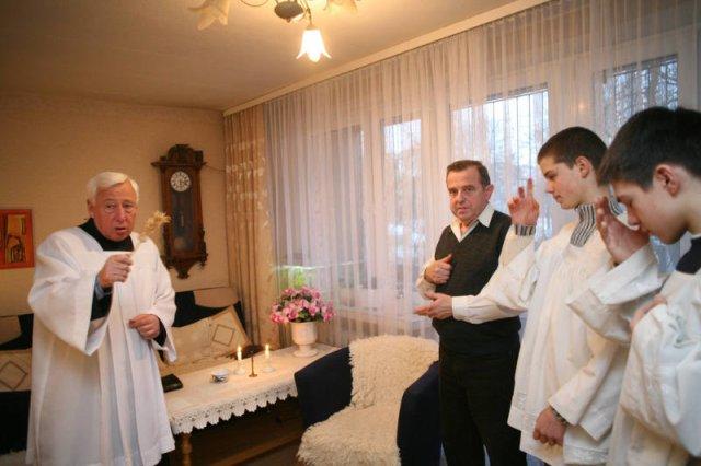 Krakowski ksiądz podczas wizyty duszpasterskiej
