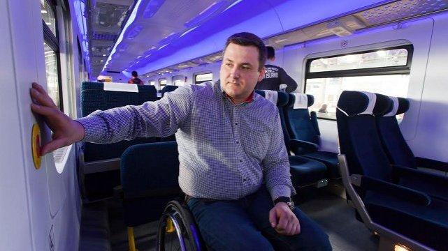 Piotr Czarnota, konsultant PKP ds. osób niepełnosprawnych testuje składy PKP Intercity