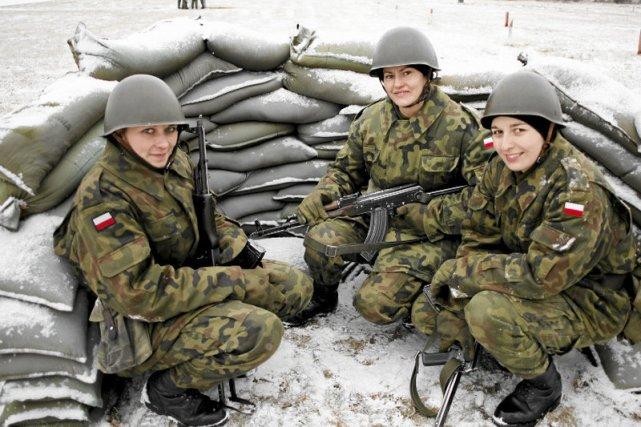 Ćwiczenia ze strzelania kandydatek na żołnierzy Narodowych Sił Rezerwowych