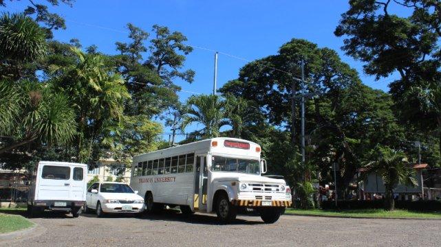 Uczelniany autobus wygląda, jakby przyjechał tu prosto z amerykańskiej uczelni.