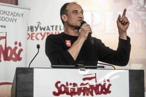 Paweł Kukiz przemawia w sali BHP Stoczni Gdańskiej podczas spotkania Platformy Oburzonych