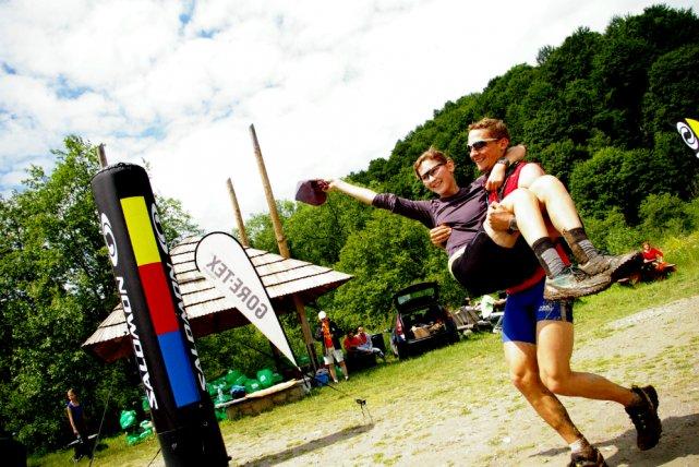 Meta Biegu Rzeźnika 2011. Według regulaminu, zawodnicy w drużynie nie mogą się oddalać od siebie na więcej niż 100m.