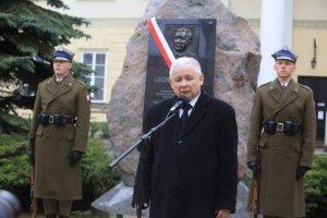 Głaz upamiętniający Lecha Kaczyńskiego zniknie z dziedzińca stołecznego ratusza, podobnie jak tablice smoleńskie z Pałacu Prezydenckiego.