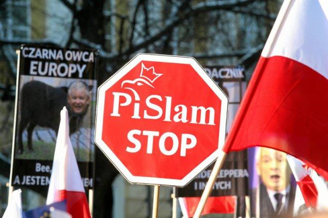 Polacy pogodzili się z życiem w państwie PiS, ale tylko do czasu. Koniec PiS-neylandu już się rozpoczął