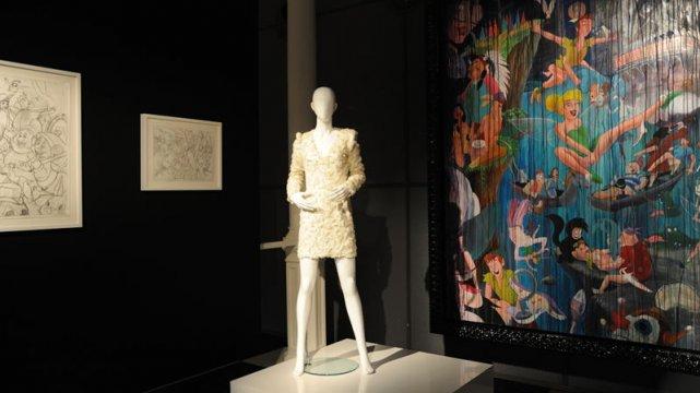 Londyńska wystawa La Mani, w tle dzieła sztuki Marco Perego
