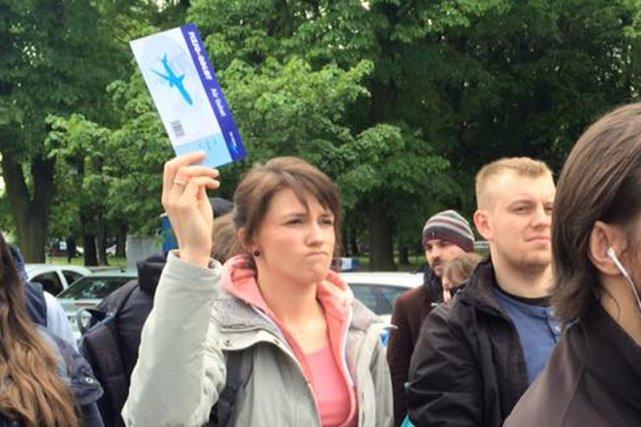 Fizjoterapeuci przynieśli na protest pod Sejmem symboliczne bilety lotnicze.