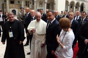 Papież Franciszek i prezydent Andrzej Duda na dziedzińcu zamku na Wawelu.