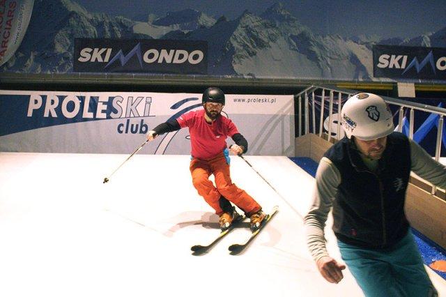 Skimondo w Gdańsku to pierwszy tego typu klub narciarski w Polsce. Można w nim trenować jazdę na nartach lub snowboardzie przez cały rok, bo tutejszy stok jest sztuczny i kryty.