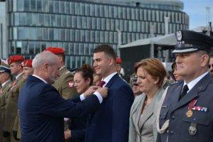 Wreszcie opinia publiczna poznała uzasadnienie przyznania Bartłomiejowi Misiewiczowi medalu.