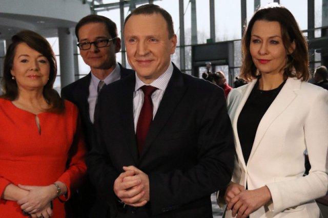 PiS wyrzuca ich kolegów, oni pracują dalej. Dziennikarze TVP i PR zostają, więc godzą się na zmiany?