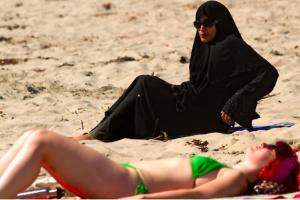 Zakaz noszenia burkini w takich miastach jak Nicea i Cannes był nielegalny - orzekł Najwyższy Sąd Administracyjny Francji.