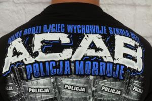 """""""Policja morduje""""  - firma z Zawiercia obraża policjantów, którzy idą do prokuratury."""