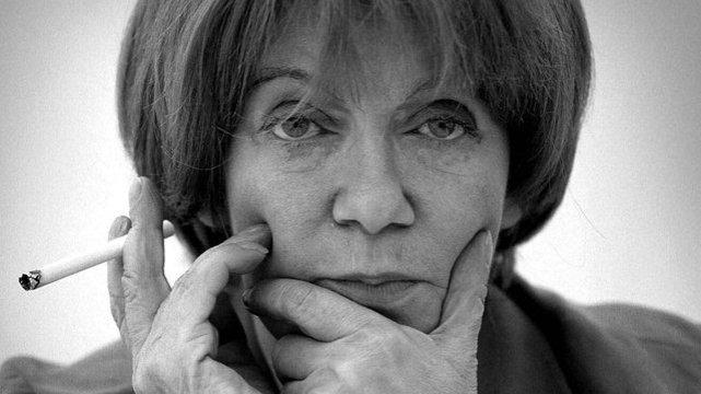 Pisarka i felietonistka Maria Czubaszek bardzo często jest widywana i fotografowana z papierosem