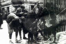 Dzieci szmuglujące żywność do getta przy bramie na rogu Leszna i Żelaznej.