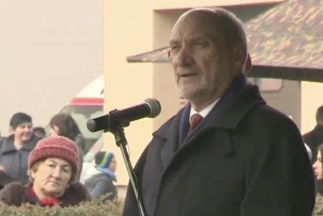 Antonii Macierewicz podczas uroczystości upamiętniających bohaterską walkę Cichociemnych w Dębowcu.