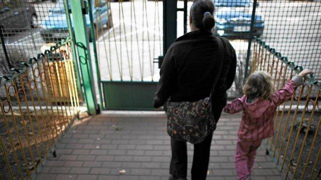 Mama odbiera dziecko z przedszkola