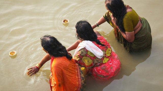[url=http://shutr.bz/1fd4ojs] Kobiety odprawiają tradycyjny rytuał w Gangesie [/url]
