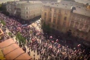 Dziennikarze gazety.pl policzyli demonstrantów w Alejach Ujazdowskich z dokładnością do trzech tysięcy