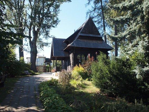 Dom Stefana Żeromskiego stoi na niewielkim wzgórzu.