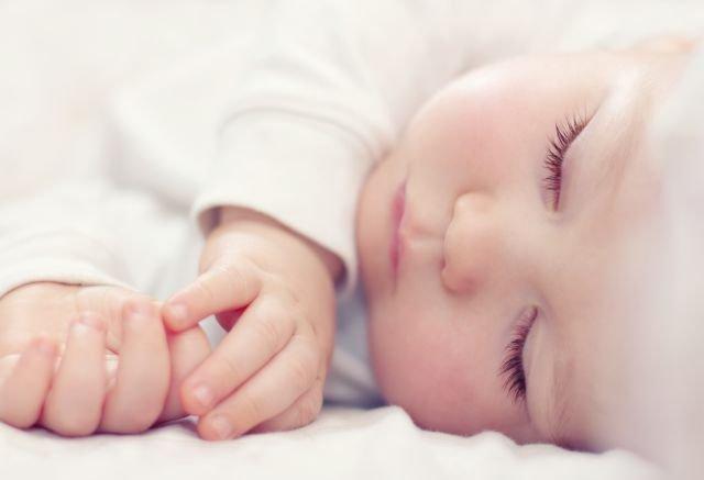 Zdjęcie jest słodkie, ale wychowanie dziecka to nie sama słodycz. Dlatego prof. Janusz Czapiński namawia państwo do sypnięcia groszem.