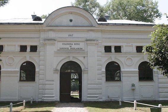 Zabytkowy budynek stajenny w janowskiej stadninie.
