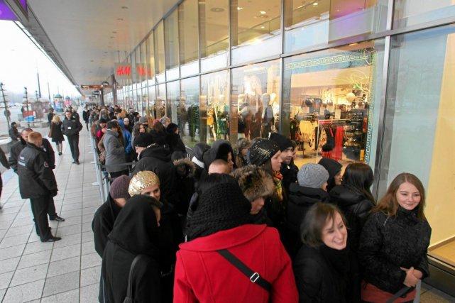 Kolejka przed warszawskim sklepem H&M w dniu pojawienia się limitowanej kolekcji Versace.