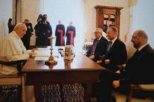 Donald Tusk wygłosił laudację dla papieża po polsku i angielsku.