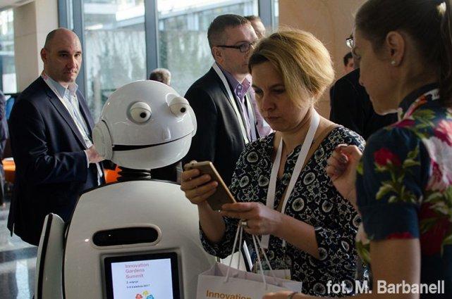 Gości konferencji Innovation Gardens Summit 2017 witał robot Gienek. Kto chciał, mógł zrobić sobie z nim selfie